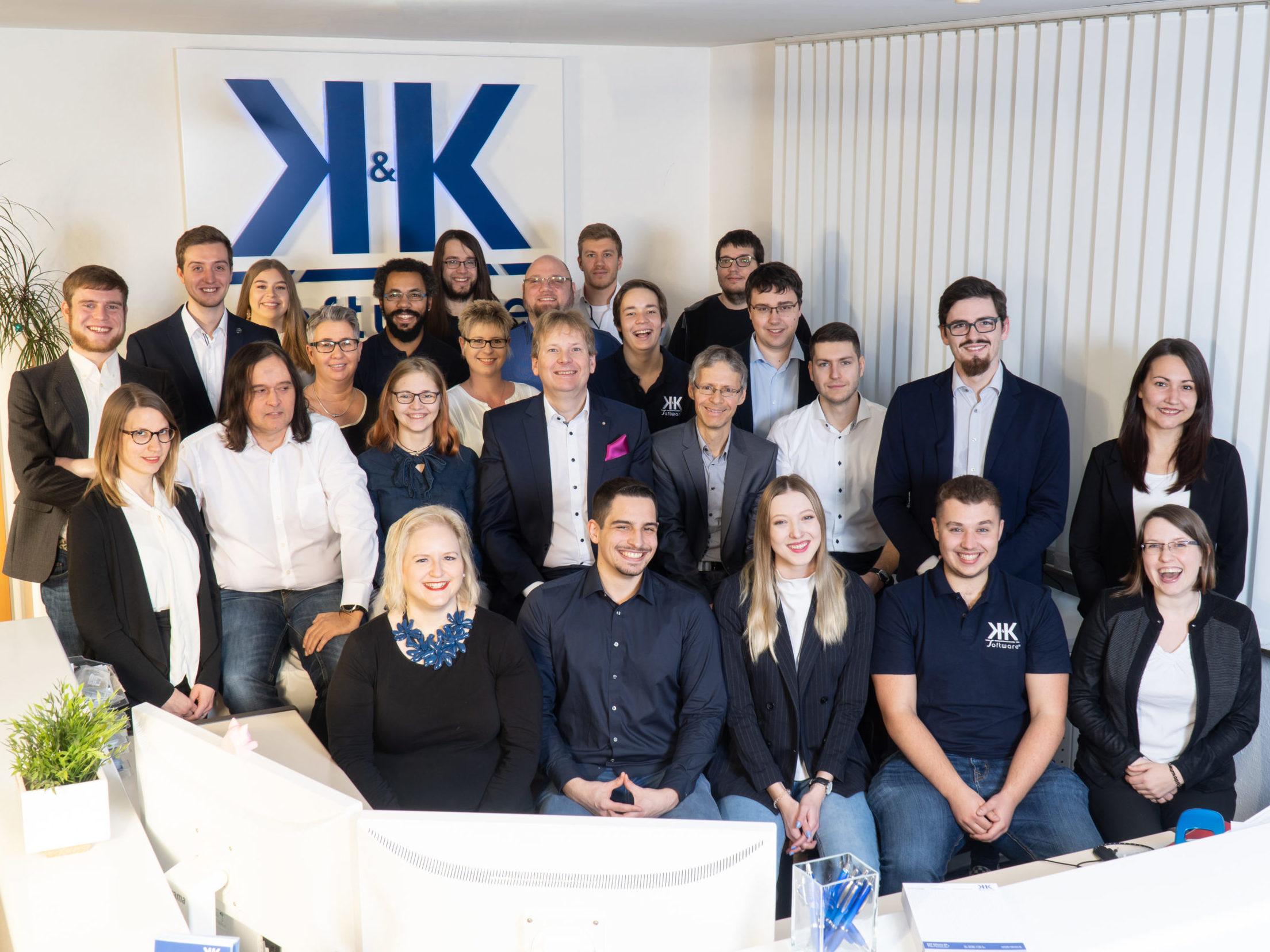 Das Foto zeigt die 27 Mitarbeiter der K&K Software AG