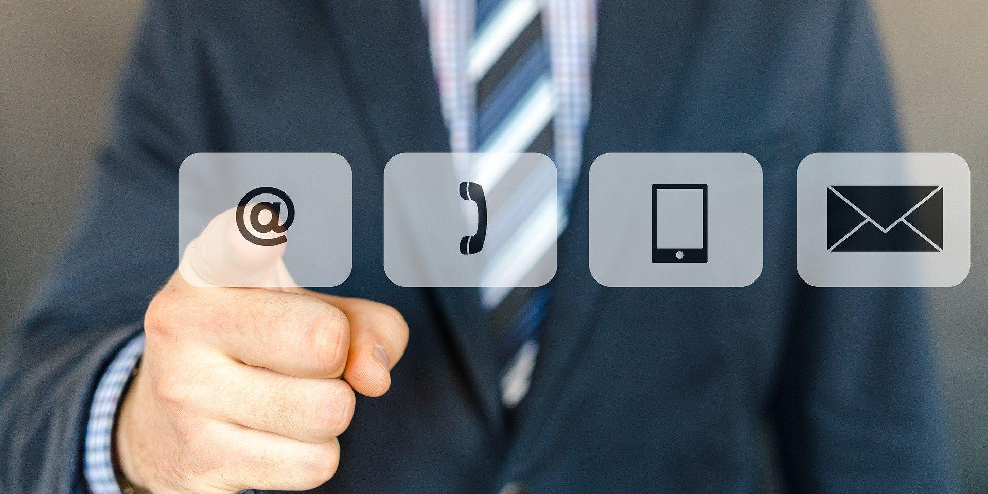 """Auf dem Bild sind die Icons """"@"""", """"Telefonhörer"""", """"Smartphone"""" und """"Briefumschlag"""" zu sehen."""